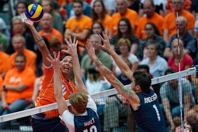 Nimir Abdelaziz in actie namens de Nederlandse volleybalmannen.