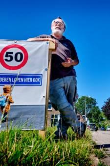 Bewoners Blaaksedijk plaatsen borden na dodelijk ongeluk: 'Dan maar zelf in actie komen'