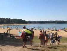 Potloodventer op Heerderstrand: oude man in opvallende zwembroek valt kleine kinderen lastig