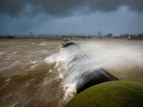 Storm stuwt waterstand bij Kampen omhoog; balgstuw enige uren opgeblazen