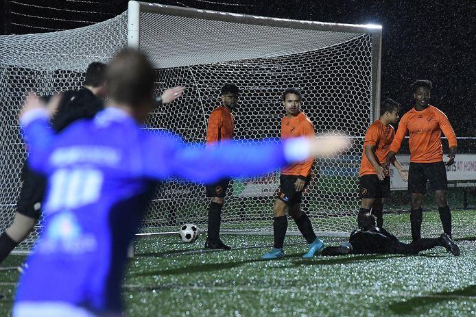 De wedstrijd Siol - Juliana was eerder gestaakt. In februari werden de laatste minuten gespeeld. Vanaf een hoekschop start de wedstrijd. Dat werd gelijk een doelpunt voor Juliana (1-2).