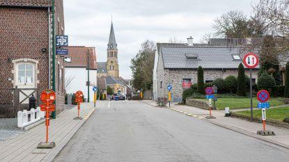 Uitbreiding parkeerverbod en paaltjes op voetpad aan wegversmalling moeten doorstroming verbeteren