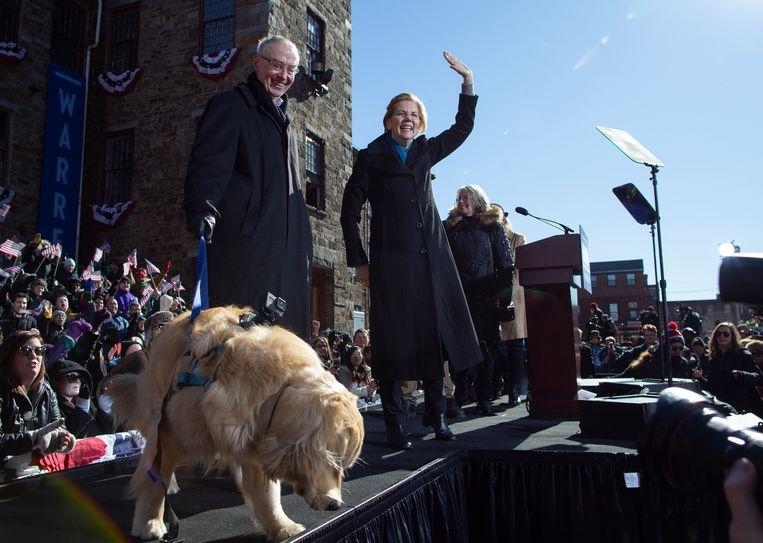 Met haar man Bruce (L) na haar aankondiging dat ze opkomt voor de presidentsverkiezingen.