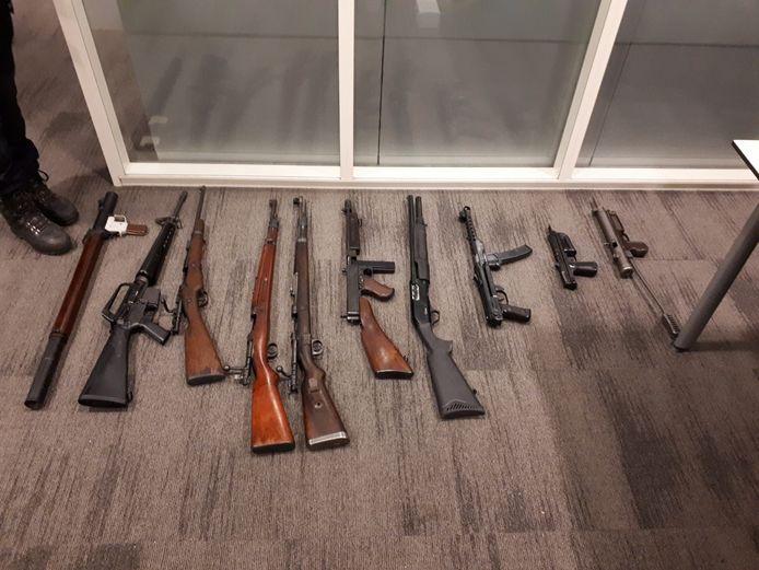 De politie heeft in een huis in het centrum van Gorinchem een grote verzameling verboden wapens gevonden. De Explosieven Opruimingsdienst Defensie (EOD) heeft een handgranaat tot ontploffing gebracht en de bewoner van het pand werd aangehouden.