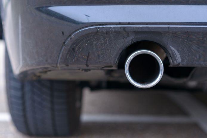 Er kunnen wel eens vlekken onder de auto ontstaan. Marja Middeldorp weet hoe je die opruimt.