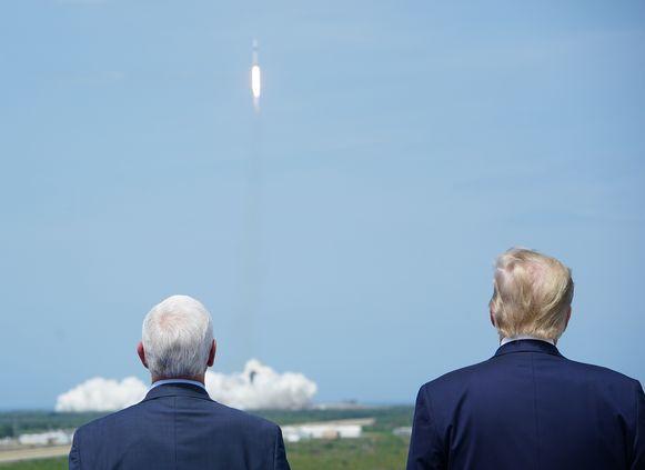 Vicepresident Mike Pence en president Donald Trump woonden de historische gebeurtenis bij.