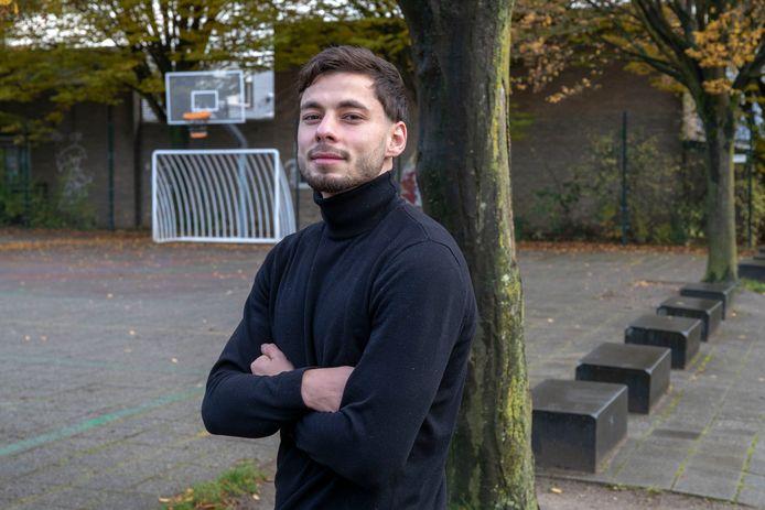 Emilj Astamirov poseert op het pleintje in De Nude in Wageningen, waar hij vroeger altijd voetbalde.