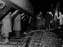 De ravage was groot bij het spoorwegongeluk bij Woerden. De reddingsactie vond in het donker plaats.