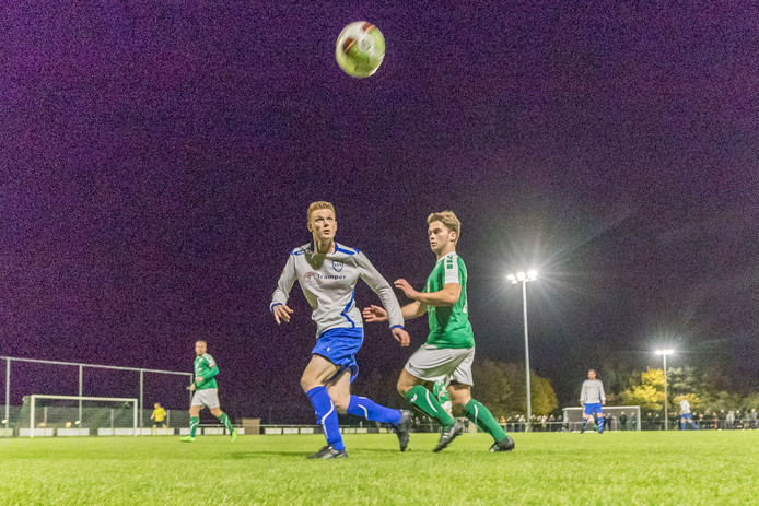 Een beeld uit de lichtwedstrijd van Nieuwdorp (groen) tegen het Borsels elftal.