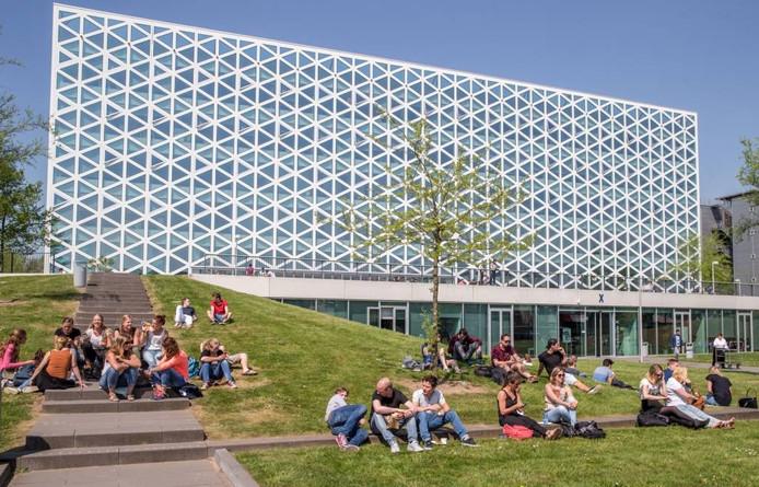 Studenten zitten in het zonnetje bij gebouw X op de campus van Windesheim. De hogeschool komt goed uit de bus bij de Nationale Studenten Enquête. Foto Frans Paalman