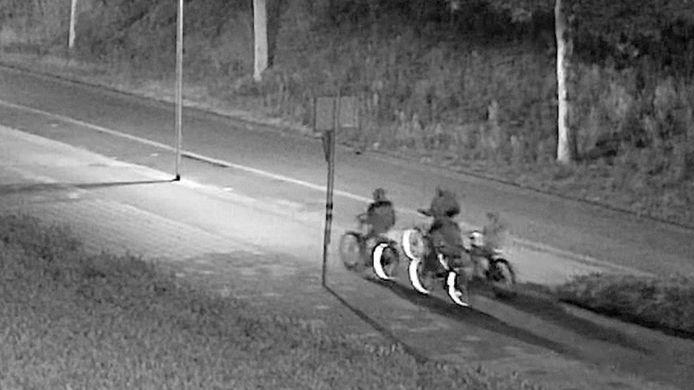 De vier fietsers op beeld, zoals te zien in Opsporing Verzocht.