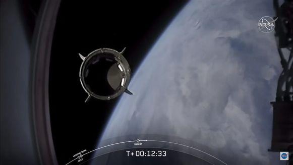Trap 2 van de SpaceX Falcon-9-raket laat los van de Crew Dragon capsule.