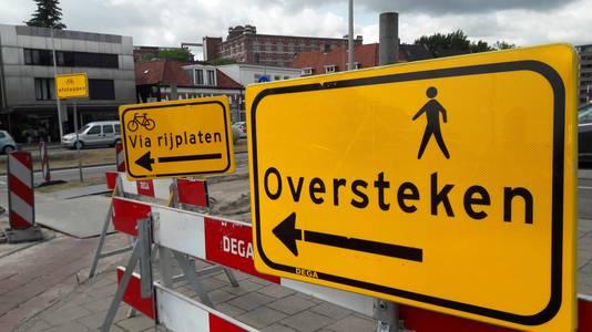 Wegopbrekingen en omleidingen aan de Oldenzaalsestraat in Enschede.