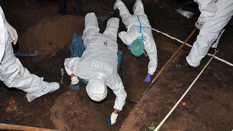 Het moment dat politieonderzoekers op het graf van Alvarez stuiten Beeld Politie Duitsland