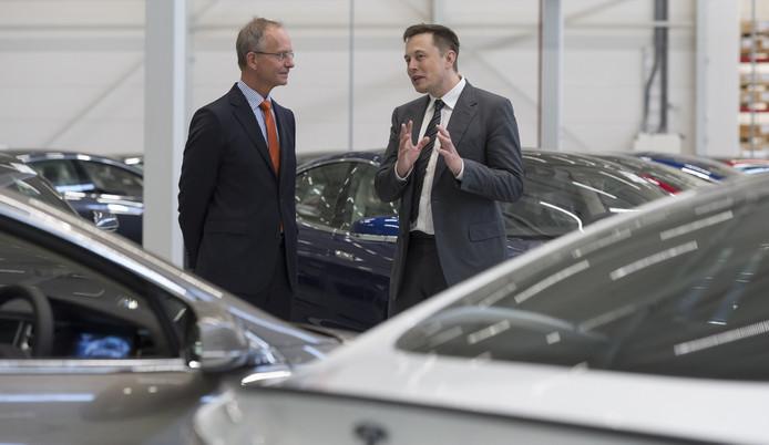 Minister Kamp praat met Tesla-baas Elon Musk bij de opening van de assemblagefabriek in Tilburg waar enkele honderden mensen werken. Afgelopen week sprak de bewindsman Musk opnieuw, nu in Californië waar hij op handelsmissie was.