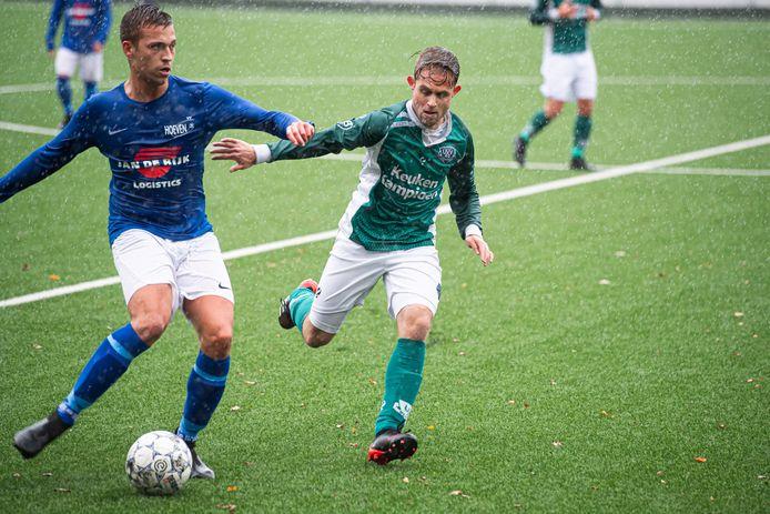 Jessi van Bavel (links) houdt UVV'40-speler Douwe de Kok van zich af.