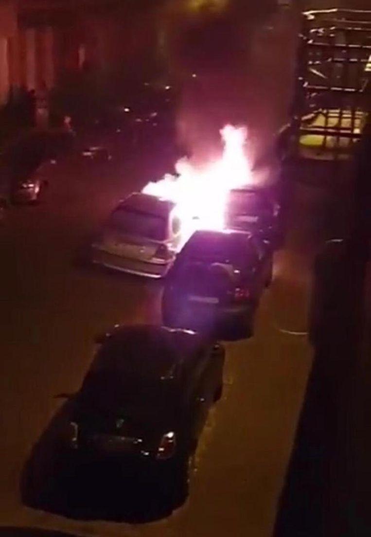 De auto gaat in vlammen op.