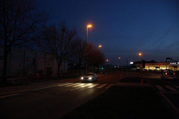 Een bestuurder reed op 8 november 2015 richting Brussel op de Bergensesteenweg in het gehucht Brukom, waar hij een voetganger aanreed die vanaf de middenberm overstak.