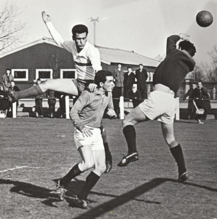 Een historische foto van De Spechten, in een wedstrijd tegen De Valk. foto Ab de Jager