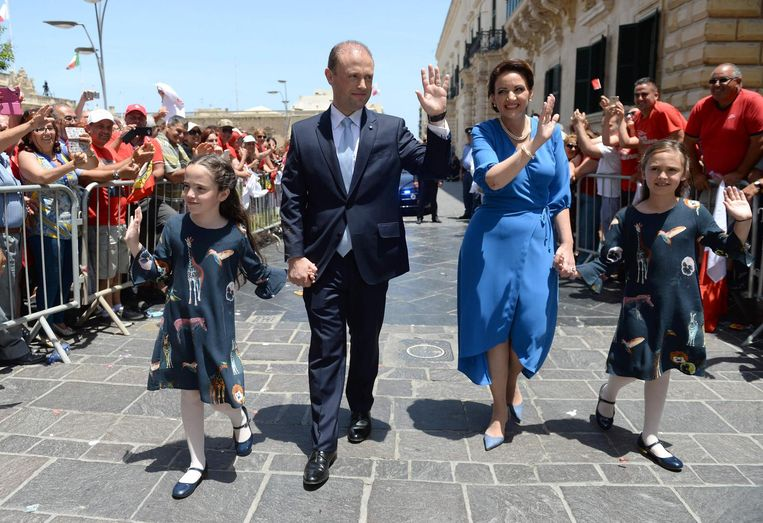 Joseph Muscat (2L) accompanied by his wife, Michelle Muscat (2R) and two daughters. Beeld afp