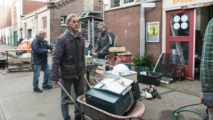 Vrijwilligers proberen te redden wat er te redden valt in het uitgebrande Knopjesmuseum. Elektronica wordt uit elkaar gehaald en schoongemaakt.