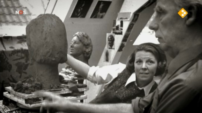 Een still uit een documentaire van de NOS. Kunstenaar Mari Andriessen boetseert, de toenmalige prinses Beatrix kijkt toe.