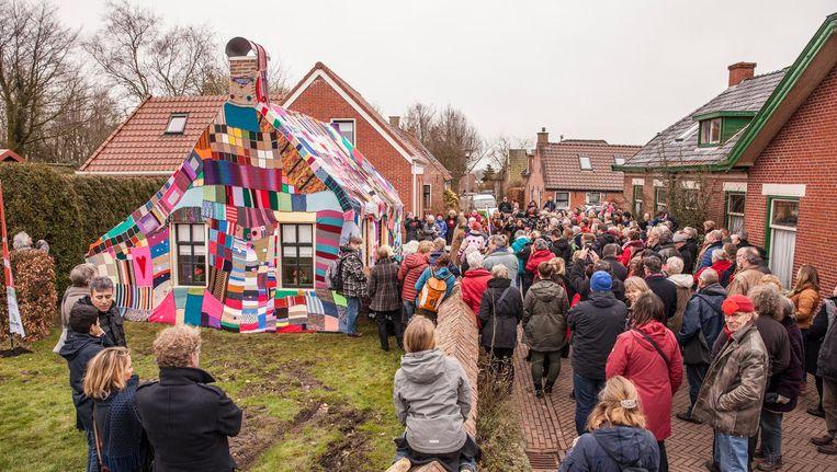 In Rottum is het kleinste huisje van Groningen ingepakt met breiwerk uit het hele land. De warme deken symboliseert de solidariteit met de Groningers. Beeld Harry Cock / de Volkskrant