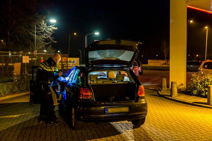 Drie arrestaties in Dussen na mogelijke ladingdiefstal.