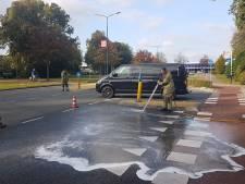 Brandweer spuit vervuild wegdek schoon na ongeluk in Veenendaal