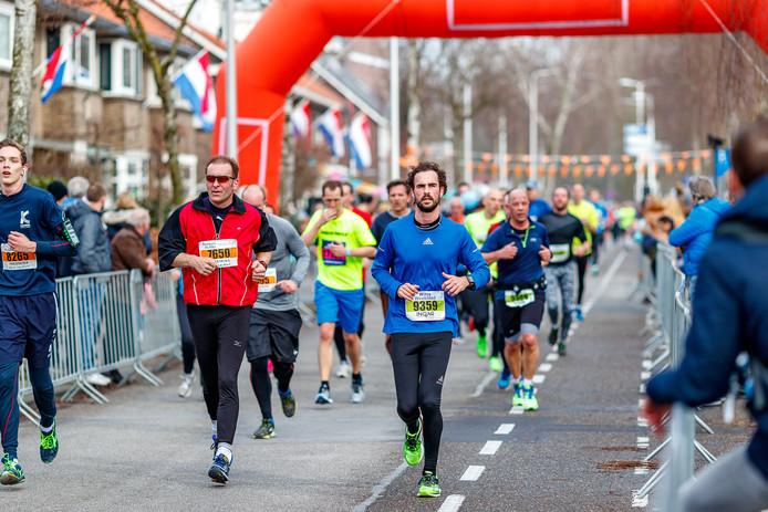 Deelnemers aan de  20 van Alphen, vorig jaar. Topatleten zullen hun schoenzolen moeten laten opmeten.