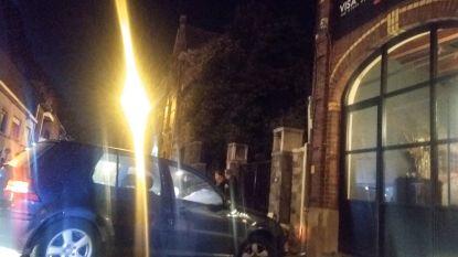 Vrouw gewond na crash tegen gevel restaurant