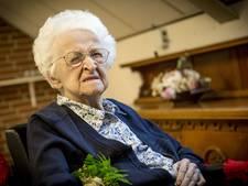 Dinie Lage Venterink (100) uit Oldenzaal zingt haar eigen teksten