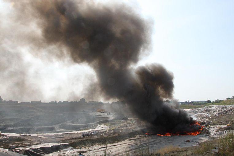 De rookpluim van de brand op de stortplaats was kilometers ver te zien.