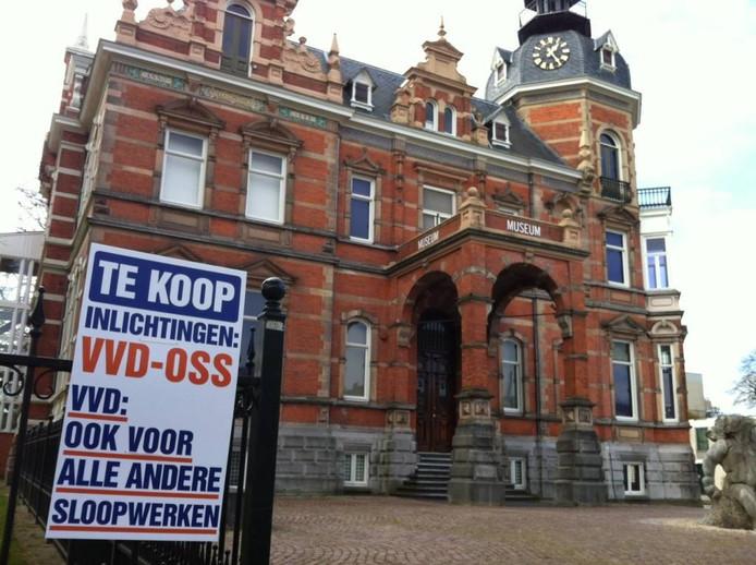 De SP plaatste eerder een ludiek bord 'namens' de VVD bij het museum Jan Cunen.