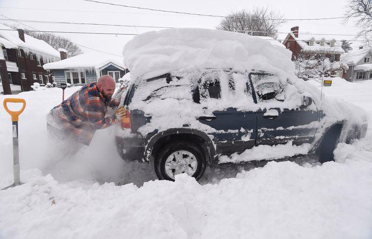 Kevin Deiner probeert zijn Ford enkele centimeters vooruit te krijgen, in Erie (Pennsylvania).