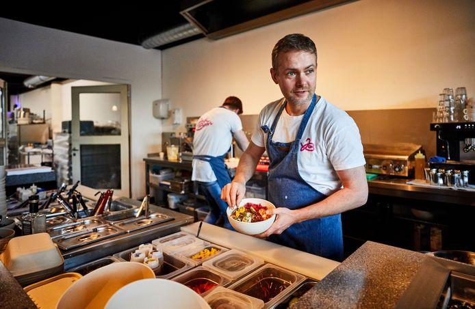 Chefkok Pepijn Schmeink van Jack Bean. Bij restaurant Jack Bean wordt alleen met plantaardig materiaal gewerkt.
