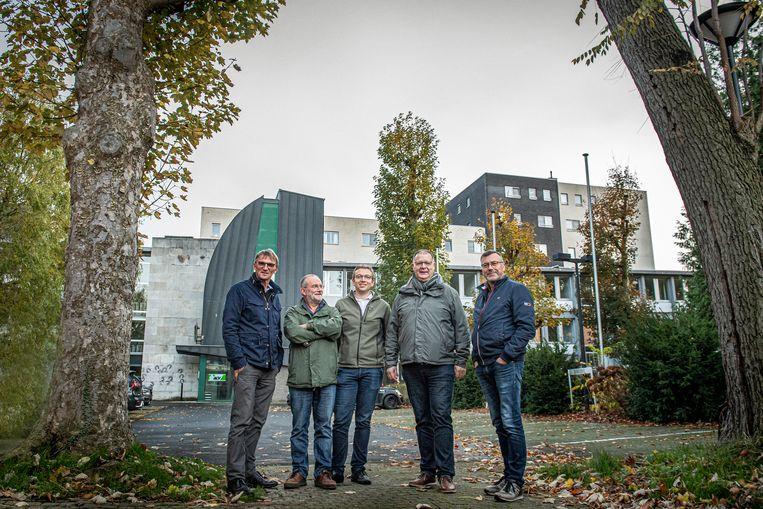 Provinciaal directeur van het ACV Wim David (tweede van rechts) en Hubert Davidts, Guido Schaubroeck, Gene Vangampelaere en Bart Deklerck van Meer Bomen in Roeselare zijn tevreden met het compromis.