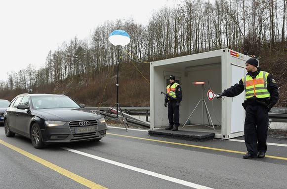 Duitse agenten aan de grens met Oostenrijk.