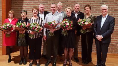 Bloemen voor afscheidnemende raadsleden