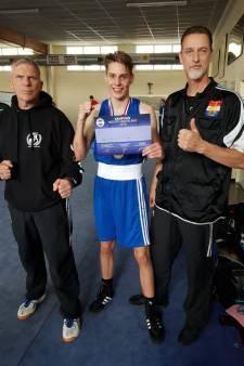 Apeldoornse bokser Enzo Versluis pakt goud op NNK