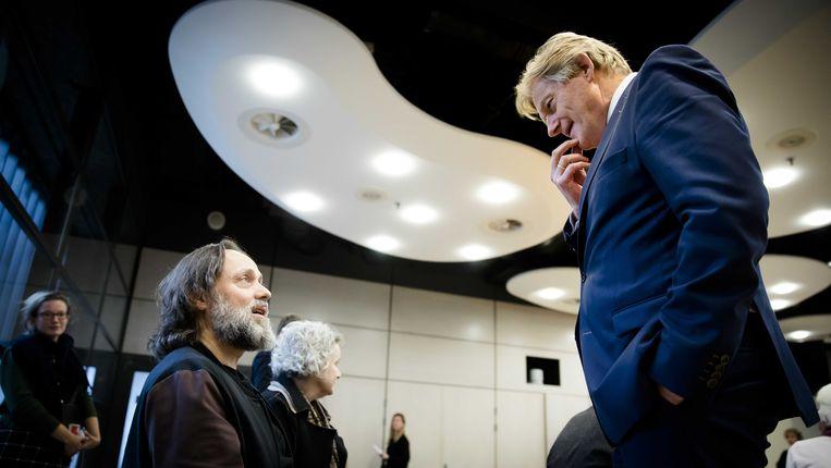 Hugo Borst, initatiefnemer van het Zorgmanifest, praat in 2016 met toenmalig staatssecretaris Martin van Rijn. Beeld ANP
