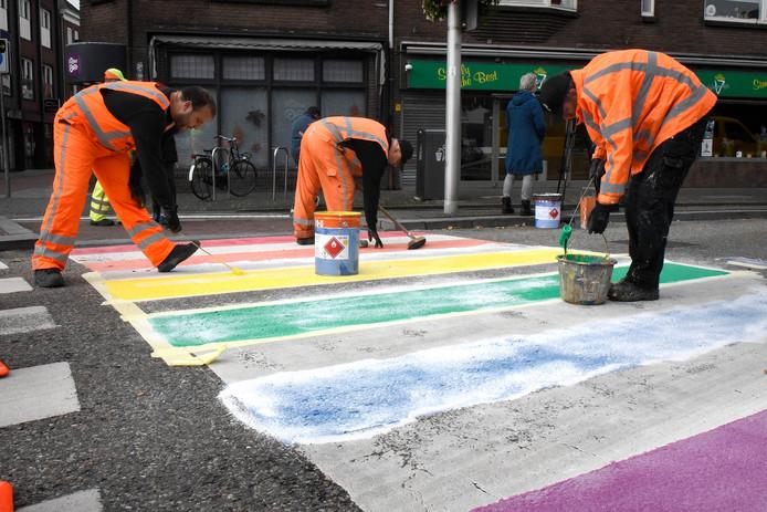 Het zebrapad krijgt kleuren van de regenboog