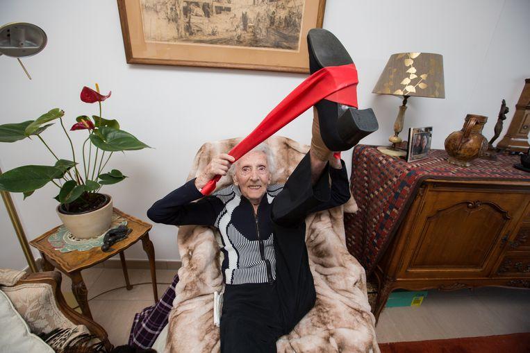 De jarige Josina De Vries (108) is nog bijzonder lenig.