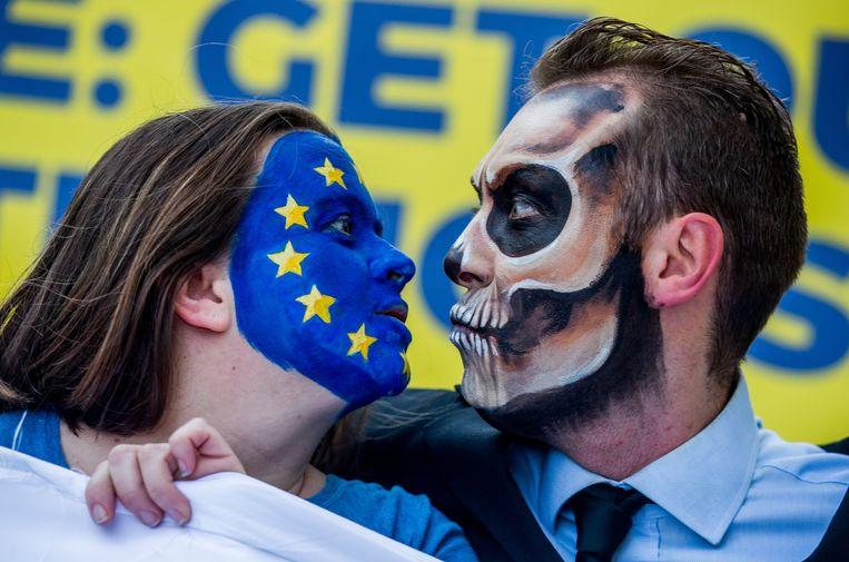 Een betoging eind oktober in Brussel tegen Monsanto, fabrikant van Roundup, waar demonstranten de dans van de EU met de dood uitbeelden. Roundup is een onkruidverdelgingsmiddel waarin het mogelijk kankerverwekkende glyfosaat voorkomt. Activisten roepen de EU op het middel te verbieden. Beeld EPA