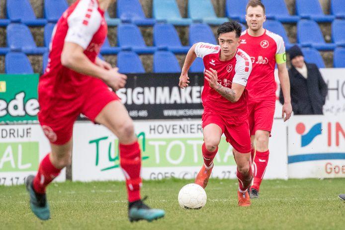 Ruben Hollemans (rechts) ziet hoe Hiep Nguyen met de bal aan de voet opstoomt in het thuisduel met Ter Leede.