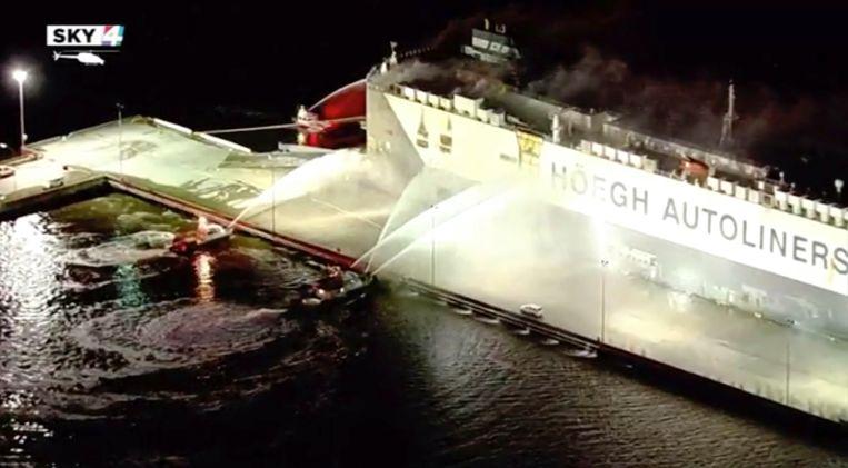 Het brandende schip in Blound Island, Florida.