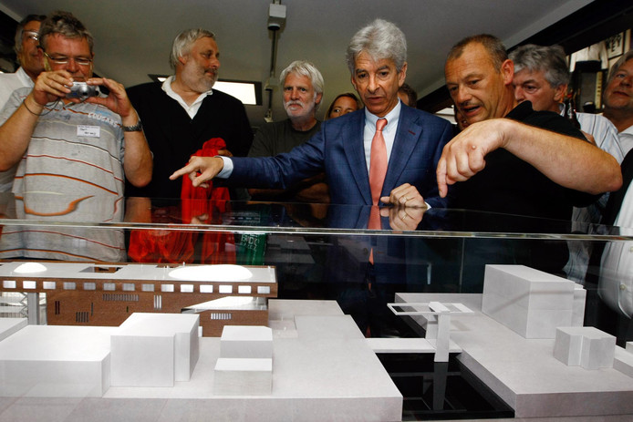 Toenmalig minister Ronald Plasterk bekijkt in 2009 de maquette van het nieuwe RockArt, dat in Scheveningen zou komen. Tien jaar later zit het popmuseum nog steeds in Hoek van Holland en is het oude raadhuis in Alphen in beeld als nieuwe plek.