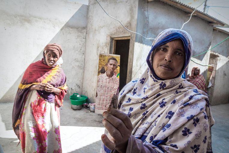Nimo Harun (40) uit Borama met een foto van haar zoon die is vermist tijdens zijn reis naar Europa. Beeld null