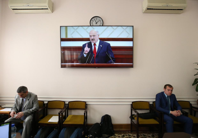 President Loekasjenko richt zich in zijn jaarlijkse televisierede tot het volk van Wit-Rusland. Veel interesse lijken zijn toehoorders niet te hebben.