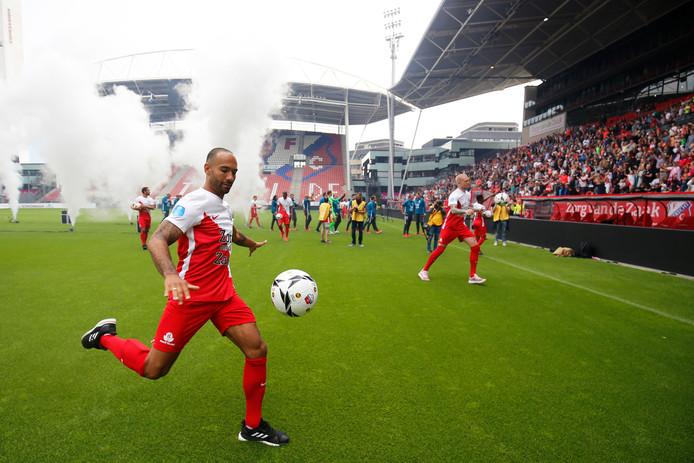 Tijdens de open dag, afgelopen zaterdag, schoten Sean Klaiber en de andere spelers van FC Utrecht ballen in het publiek.